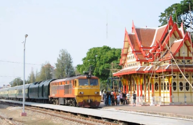 mon_train_thai_station
