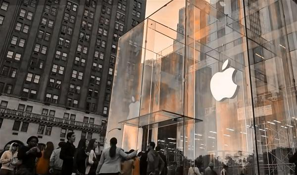 a_Apple store in NY_screen