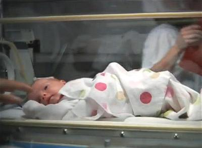a-baby-in-hospital-be-so-sinh