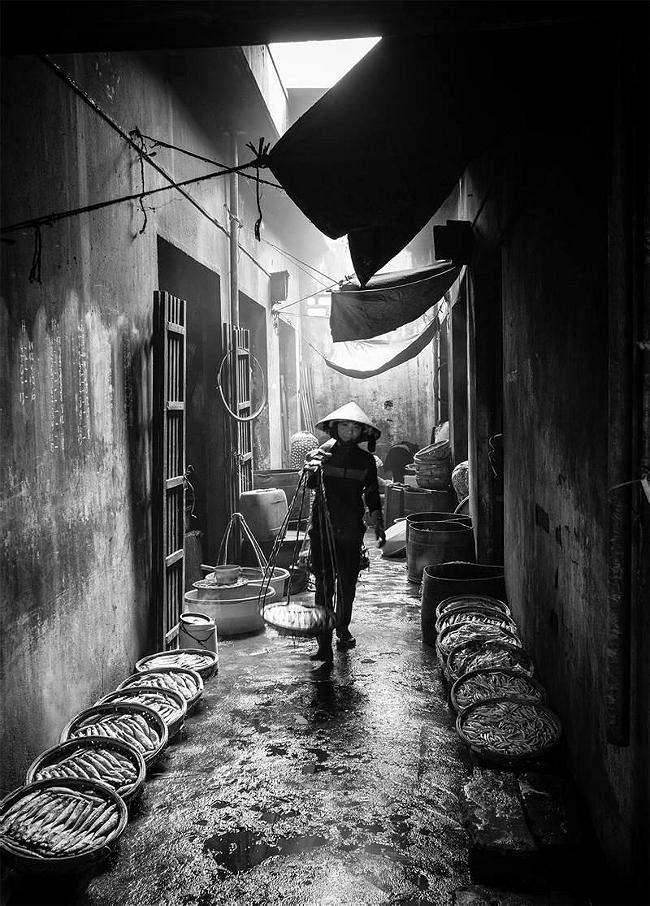 resized_BM CUONG_lady_in_the_alley