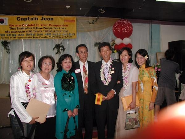 Thuyền trưởng Jeon cùng gia đình và thân hữu tại buổi tiệc vinh danh ông năm 2004 tại Little Saigon
