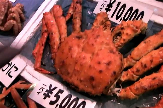 resized-a-king-crab-in-market