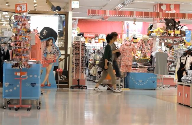 a_japan_shopping_mall_customers_resized