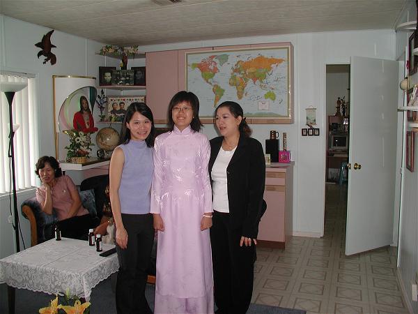 Con gái thuyền trưởng mặc áo dài Việt Nam