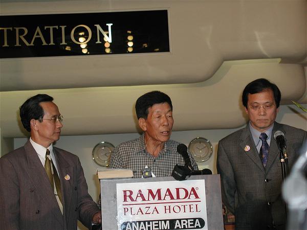 Thuyền trưởng Jeon phát biểu tại buổi họp báo 2004, bên cạnh thuyền nhân Nguyễn Hùng Cường (trá