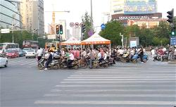 a-china-wuhan-street-waiting