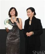FILM_FESTIVAL_Hai-Yen-receives-award-from-KieuChinh-large-content