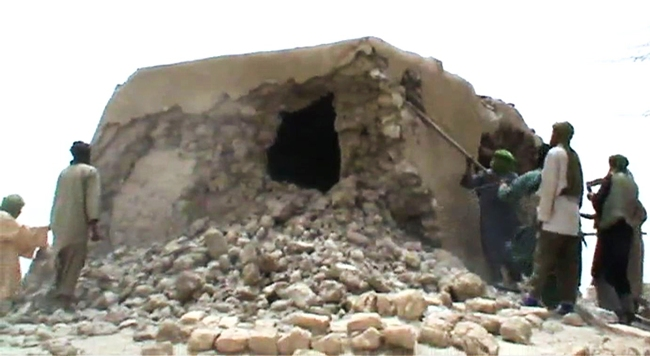 afp_timbuktur_mali_destroy_shrine_muslim