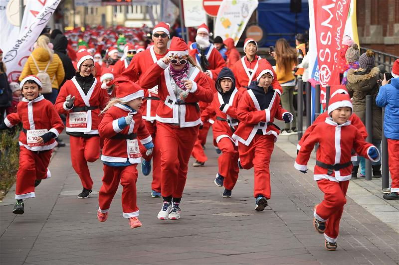 _AFP_Hungary_santa claus run marathon