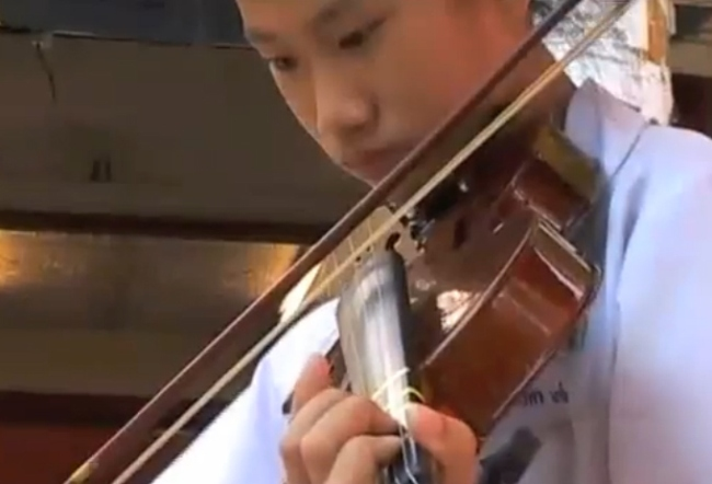 a_violin_playing_music