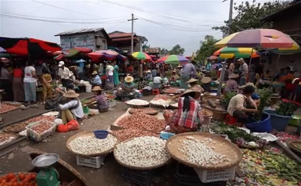 4 cho phien Myanmar Thaye Zay hai ben duong xe lua_Phan Tan Hai