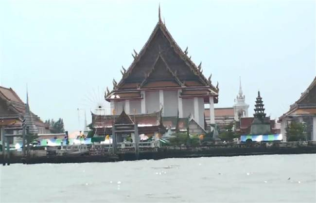 resized-b-thai-temple-aside-river-chiang-mai