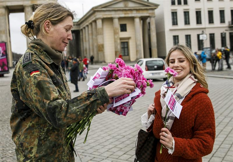 _AFP_Berlin female soldiers