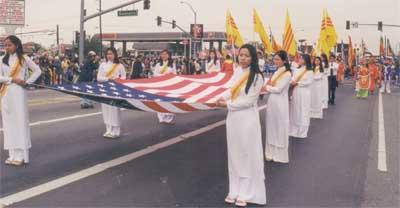 Pic 4 Diễn Hành tet 2001